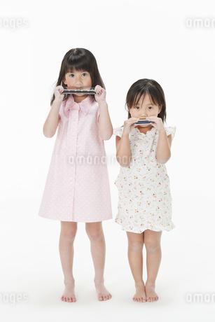 ハーモニカを吹く2人に女の子の写真素材 [FYI00040852]