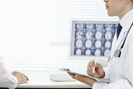 医師と患者の写真素材 [FYI00040853]
