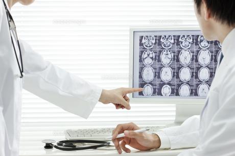 モニターを見つめる2人の医師の写真素材 [FYI00040871]