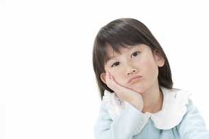 頬杖をする女の子の写真素材 [FYI00040873]