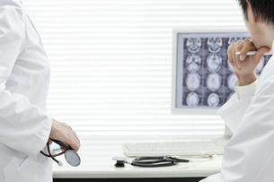 モニターを見つめる2人の医師の写真素材 [FYI00040879]