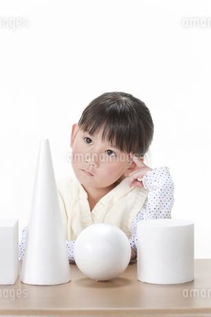 考える女の子の写真素材 [FYI00040957]