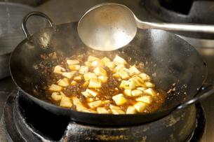 マーボー豆腐の調理の写真素材 [FYI00040958]