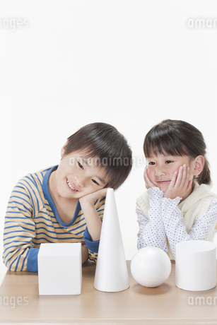 考える男の子と女の子の写真素材 [FYI00040961]