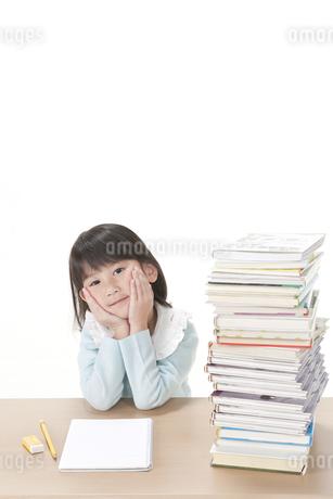 積まれた本と女の子の写真素材 [FYI00040981]