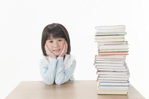 積まれた本と女の子の写真素材 [FYI00040983]