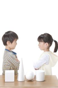 考える男の子と女の子の写真素材 [FYI00040988]