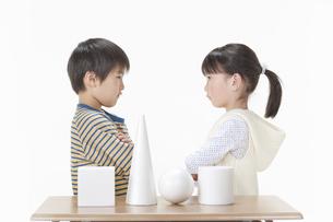 考える男の子と女の子の写真素材 [FYI00040989]