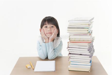 積まれた本と女の子の写真素材 [FYI00041007]