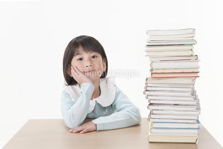 積まれた本と女の子の写真素材 [FYI00041008]