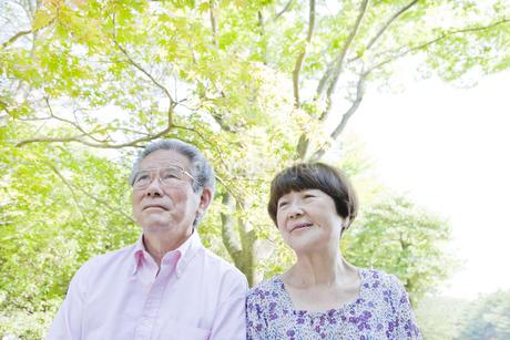 散歩する老夫婦の写真素材 [FYI00041054]
