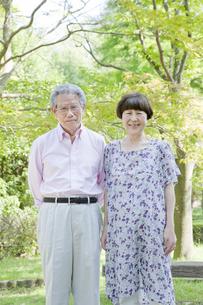 散歩する老夫婦の写真素材 [FYI00041057]