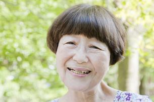 笑顔の老人女性の写真素材 [FYI00041059]