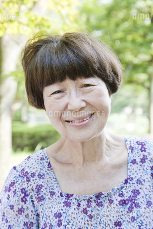 笑顔の老人女性の写真素材 [FYI00041060]