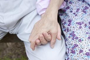 手を繋ぐ老夫婦の写真素材 [FYI00041061]