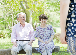ベンチに座る老夫婦の写真素材 [FYI00041067]
