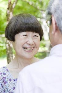 笑い合う老夫婦の写真素材 [FYI00041069]
