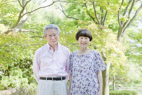散歩する老夫婦の写真素材 [FYI00041071]