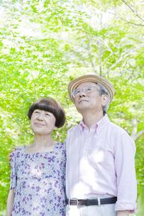散歩する老夫婦の写真素材 [FYI00041072]