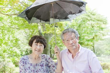 日傘をさす老夫婦の写真素材 [FYI00041090]