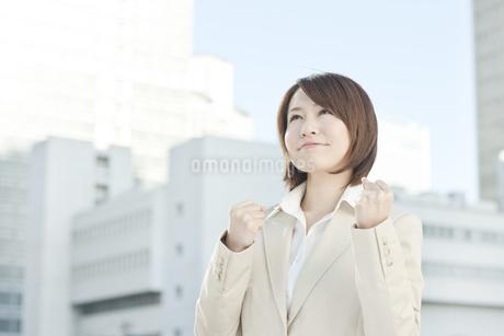 ガッツポーズをするビジネスウーマンの写真素材 [FYI00041164]
