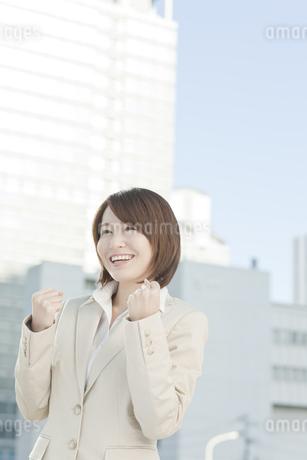 ガッツポーズをするビジネスウーマンの写真素材 [FYI00041173]