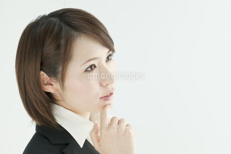 考えるビジネスウーマンの写真素材 [FYI00041184]