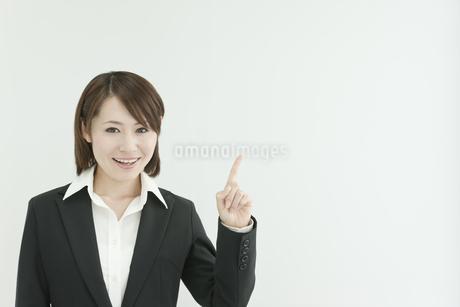 指差すビジネスウーマンの写真素材 [FYI00041202]