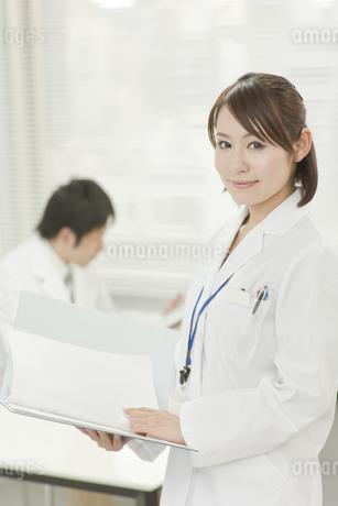 笑顔の女性研究員の写真素材 [FYI00041264]