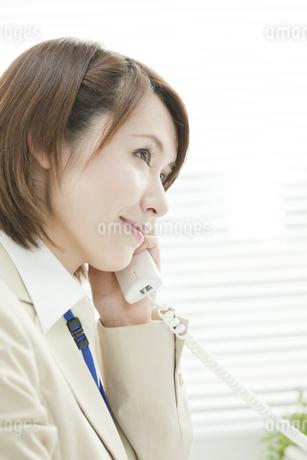 電話をかけるビジネスウーマンの写真素材 [FYI00041290]