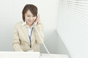 電話で話すビジネスウーマンの写真素材 [FYI00041294]