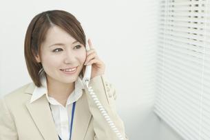電話で話すビジネスウーマンの写真素材 [FYI00041303]