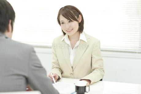 説明するビジネスウーマンの写真素材 [FYI00041346]
