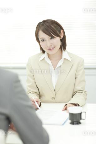 説明するビジネスウーマンの写真素材 [FYI00041347]