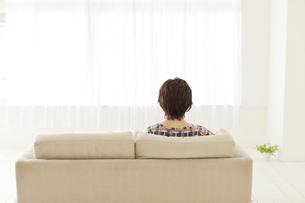 ソファーに座る人の写真素材 [FYI00041423]