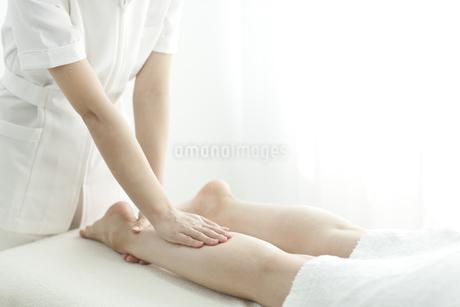 足をマッサージするエステティシャンの写真素材 [FYI00041426]