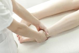 足をマッサージするエステティシャンの写真素材 [FYI00041428]