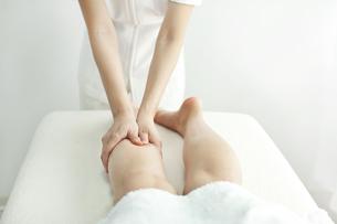 足をマッサージするエステティシャンの写真素材 [FYI00041429]