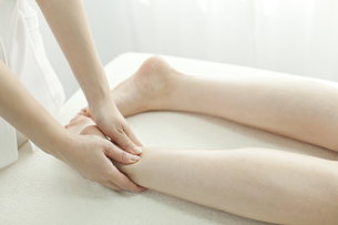 足をマッサージするエステティシャンの写真素材 [FYI00041431]