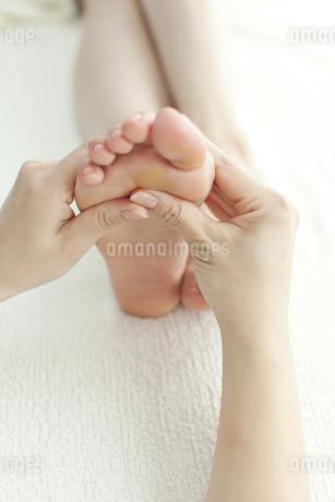 足をマッサージするエステティシャンの写真素材 [FYI00041432]