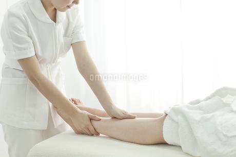 足をマッサージするエステティシャンの写真素材 [FYI00041433]