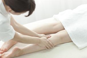 足をマッサージするエステティシャンの写真素材 [FYI00041434]