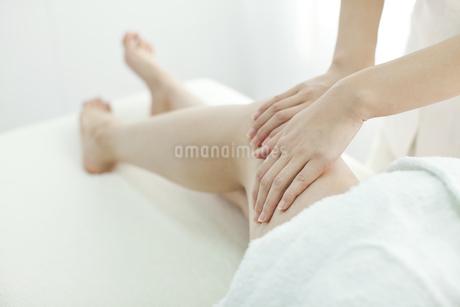 足をマッサージするエステティシャンの写真素材 [FYI00041435]