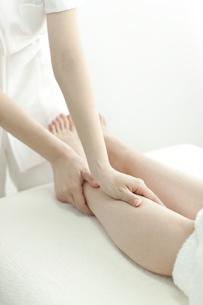 足をマッサージするエステティシャンの写真素材 [FYI00041437]