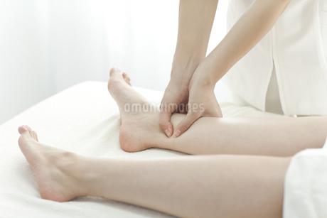 足をマッサージするエステティシャンの写真素材 [FYI00041439]