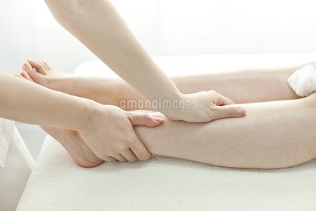 足をマッサージするエステティシャンの写真素材 [FYI00041440]