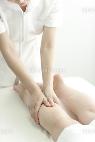 足をマッサージするエステティシャンの写真素材 [FYI00041441]