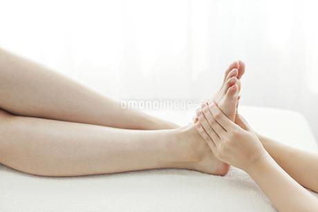 足をマッサージするエステティシャンの写真素材 [FYI00041443]
