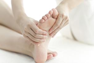 足をマッサージするエステティシャンの写真素材 [FYI00041444]