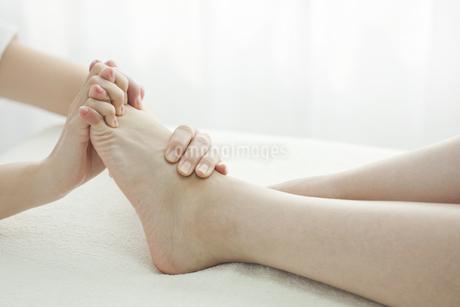 足をマッサージするエステティシャンの写真素材 [FYI00041446]